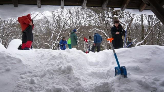 あずま屋は雪に埋まっていた。掘りだして中でお湯を沸かした。