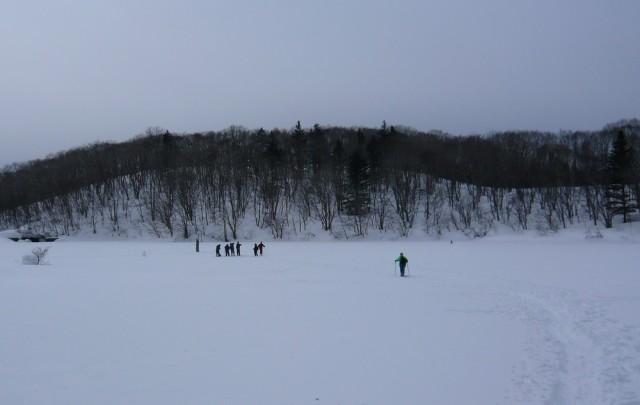雪の下は池です。冬の間は上を歩けます。