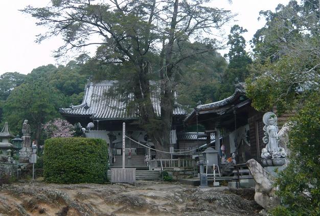 14番の常楽寺。結晶片岩の上に載っています。