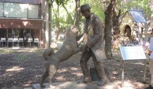 東大農学部のグランド近くにある忠犬ハチ公の像