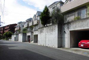 府中崖線に立つ住宅。