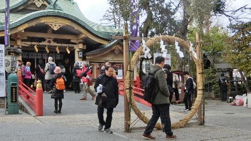 須賀神社、茅の輪くぐり、8の字に回る